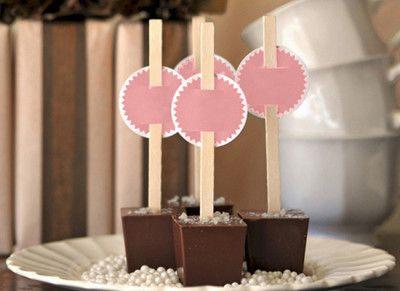 Ben jij ook gek op chocosticks? Je weet wel, die stokjes met een blokje chocolade om chocomelk te maken? Dan heb ik goed nieuws want deze leuke geschenkjes kan je makkelijk zelf maken.