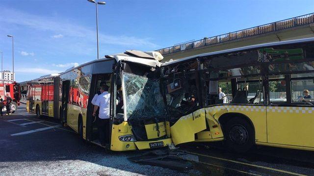 Sögütlüçeşme Metrobüs durağında, farklı yönlerden gelen iki metrobüs çarpıştı.