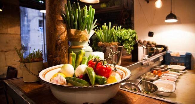 Bienvenue dans le plus « bazardesque » des buffets (« miznon » en hébreu) ! On fait la queue pour choisir sa pita : bœuf bourguignon, agneau mariné, sardines. Végétariens et carnivores cohabitent en paix : ledit « poisson doré »  ...