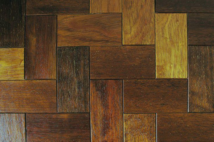 Drewniane płytki parkietowe Brick ułożone w jodełkę / Wooden parquet tiles floored in herringbone pattern