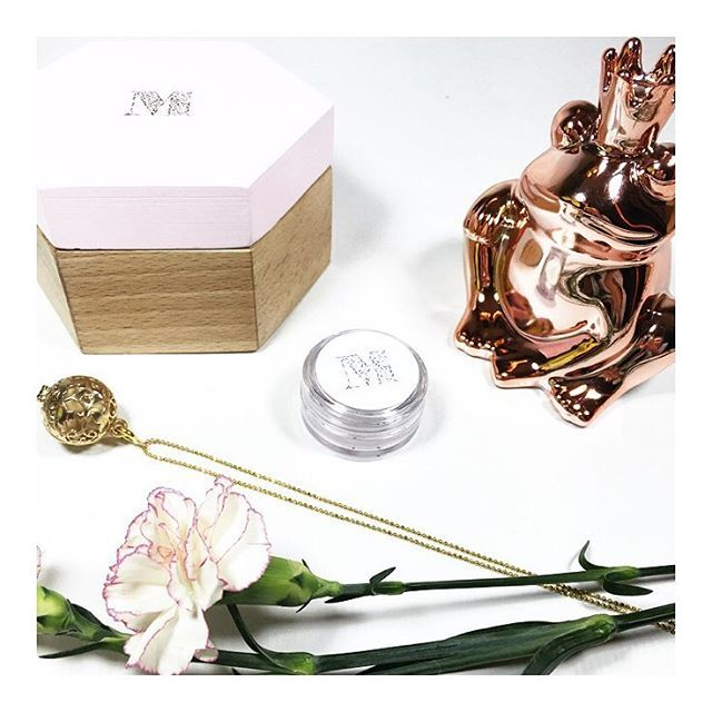 Który kolor złota preferujesz? Żółty czy różowy? Już niebawem w naszej kolekcji znajdą się zawieszki złocone na różowo Śledź nasz profil i jako pierwsza poznaj nasze nowości! #messh #perfumed #jewelry #photooftheday #perfumes #fragrance #silver #gold #instadaily #follow #biżuteria #zapachowa #handmade #polishbrand #necklace #messhjewelry #giftidea #bizu #pendant #chain #design #style #valentines #pinkvibes