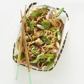Eiernoedels met paddenstoelen, paksoi en peultjes
