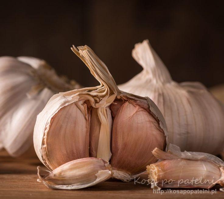 Czosnek to roślina z rodziny amarylkowatych, z której głownie w kuchni wykorzystujemy bulwę. Składa się ona z ząbków w których ukrywa się cała magia tej rośliny. Ma charakterystyczny smak i zapach nie zawsze kojarzący nam się przyjemnie. Rośnie on dziko głownie w strefie umiarkowanej na północnej półkuli naszego globu. Zastosowanie Był używany w celach spożywczych …