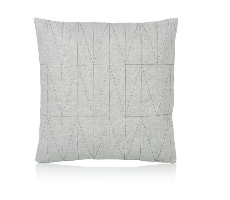 Ein markanter dänischer Akzent der Trendmarke BLOOMINGVILLE in Graumeliert. Perfekt für das Mittagsschläfchen auf der Couch. #Kissen #Bloomingville #Impressionenversand