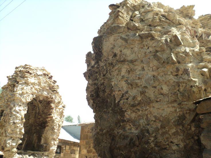 It used to be CHURCH Մշո Սուլթան Սուրբ Կարապետ/Msho Sultan Surb Karapet. Destroyed by Kurds living near the church. They built their houses from the polished stones of the church and cross stones. Savagery!!!
