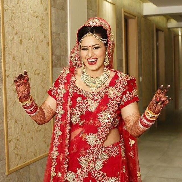 #indianbride #indianwedding#weddinglehenga #indianweddingjewellery #redlehenga #bride #happydance #photography #bridalphotoshoot #red #lehenga #dulhan #wedding #kundan #polki
