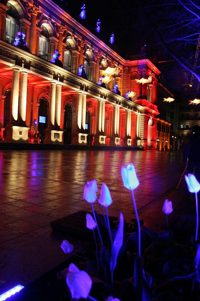Giełda we Frankfurcie podczas Luminale Frankfurt Stock Exchange during Luminale festival źródło/source: Travel Aficionado więcej zdjęć na stronie/more photos on website