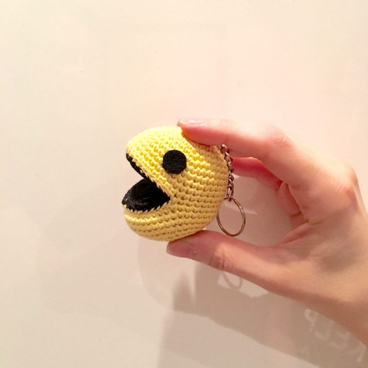 Pac-man - free crochet pattern in French with some English by Anna Carax at La Fee Crochette.