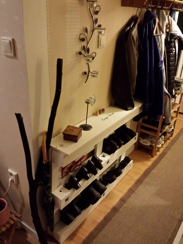 In my narrow hall / entrance, I set up a pallet and put a shelf on the top. I've fixed the pallet with the iron angles so it can not fall. Then stock the shoes. I trång hall/entré ställde jag…
