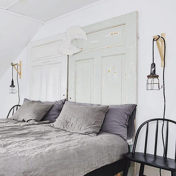 Charmig sänggavel av två gamla dörrar på Björnbärsvägen 129!  #inredningsdetaljer #DIY #sovrumsinspo #sänggavel #Hemnet #Mäklarcity #mäklare