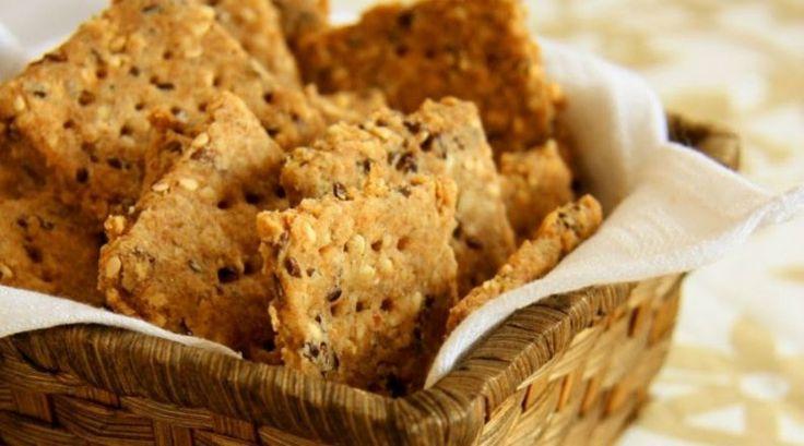 Biscoito feito com farinha integral, que leva aveia, linhaça e gergelim