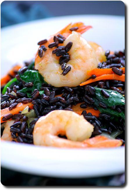 La poêlées de riz Venere au carottes, queues de crevettes et épinards en détail