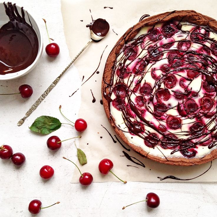 Melt the chocolate in the microwave and decorate the pie.