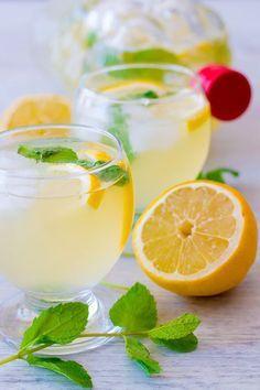Citronnade maison ou limonade au citron - Pour 6 personnes Préparation : 5 minutes Cuisson : 5 minutes Repos : 2 heures •1,5 litre d'eau plate ( ou moitié d'eau plate et moitié d'eau gazeuse ) •6 citrons jaune non traité •5 c à s de miel ( que vous pouvez remplacer par du sucre environ 25g à 50g de sucre, goûter au fur et à mesure ) •Une bonne poignée de menthe fraîche •Glaçons