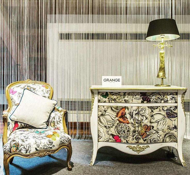 Franse fauteuil en wit houten commode met vlinderprint | klassieke meubelen | classic furniture | butterfly interior | klassiek interieur | franse meubelen | French interior