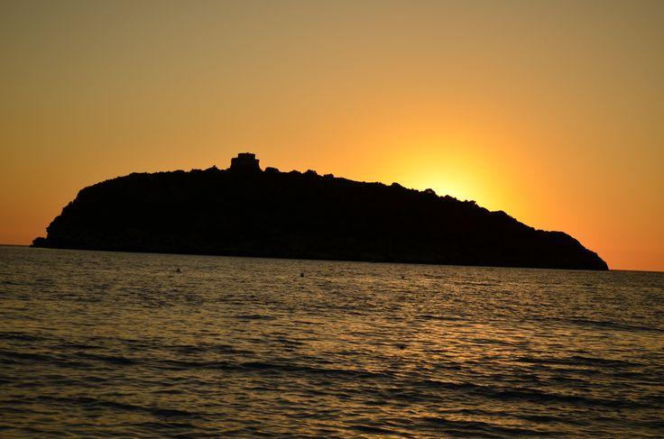 il calar del sole al tramonto dietro L'isola di Cirella in Calabria