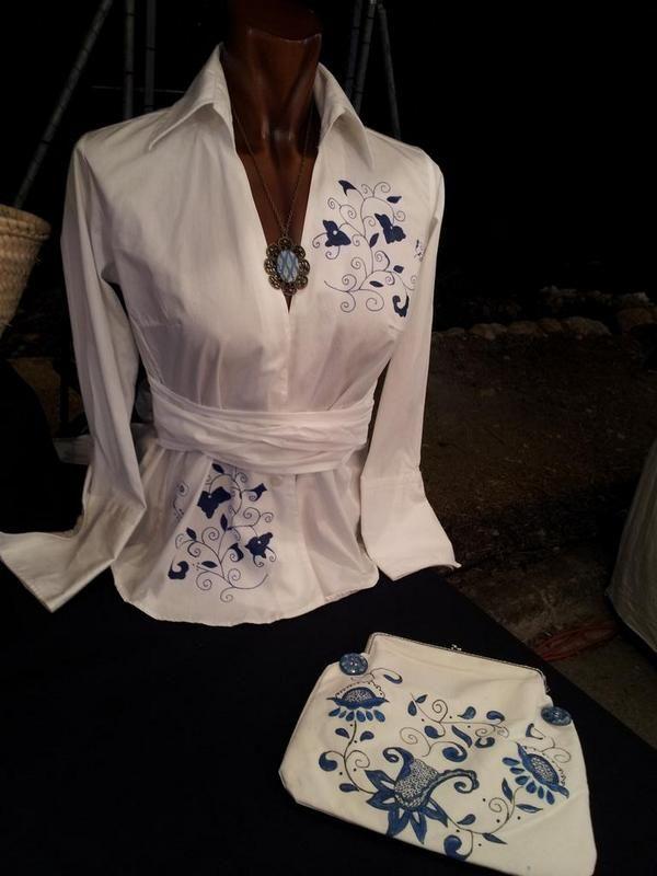 Blusa pintada con los tradicionales dibujos del bordado Mallorquin y cartera de mano igualmente pintada www.carmenoropesa.com