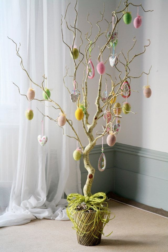 décoration de la maison en arbre de Pâques avec des œufs au crochet