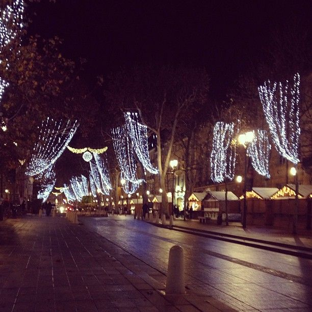 Il est encore temps de faire vos cadeaux de Noël sur le marché d'Aix-en-Provence #aix #provence #noel #cadeau #tourismepaca #france #pacatourism #pacatourisme #PACA #provencal #cours #mirabeau #tourism #tourisme #lights #christmas #tourismepaca #tourismpaca