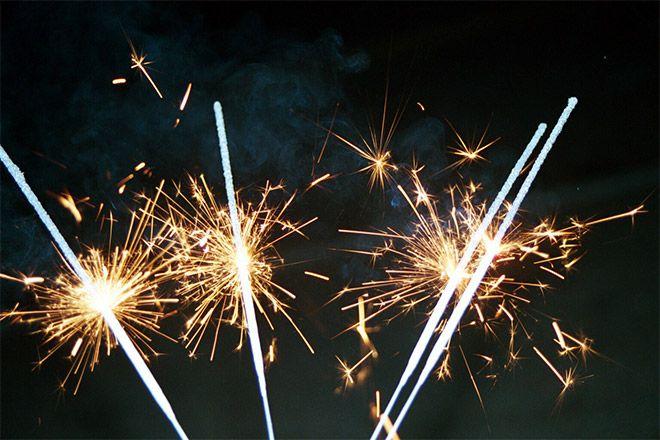 Sterretjes. Gezellig met de kinderen of vrienden en familie sterretjes afsteken tijdens oud en nieuw. http://www.trouwen-feestartikelen.nl/vuurwerk