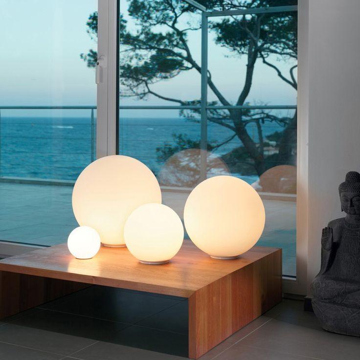 De Artemide Tafellamp Dioscuri is een prachtige, mondgeblazen glazen bol. De witte kleur zorgt voor een rustiek licht, dat je zelf dimt met de ingebouwde dimmer. Je kunt de lamp gebruiken als mooie sfeerverlichting of als een prettige leeslamp.