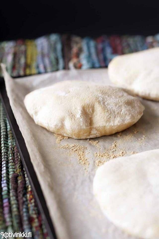 Leivo pitaleipä itse ja työnnä täytteeksi falafelia tai nyhtöpossua. Kurkkaa ohje!