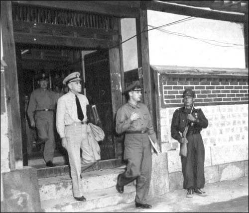 ▲ 1951. 7. 10. 개성 정전회담을 마치고 나오는 유엔군 측 대표