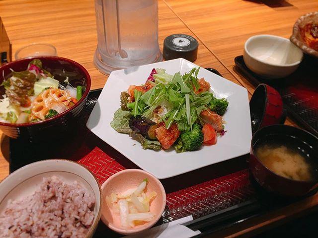 夜ごはんは大戸屋にて。  ひとりでも気兼ねなく入店できて、たくさんお野菜も摂れるので助かってます◡̈ . . 香辛料の効いたソースがかかった竜田揚げ&お野菜。  野菜の黒酢あん。 . . . #dinner #shibuya #tokyo #japan #vegetables #japanesefood #delicious #colorful #夜ごはん #よるごはん #夕食 #渋谷 #渋谷区 #大戸屋 #野菜 #鶏肉 #肉 #竜田揚げ #お味噌汁 #定食 #和食 #ごちそうさまでした #おいしかった😋 #一人暮らしにはありがたい #インスタ映え #バランスのとれた食事