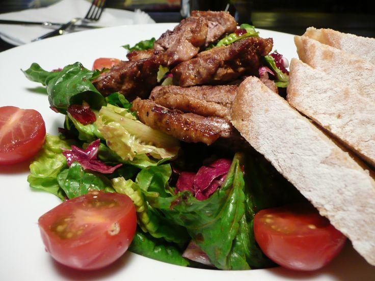 Grilovaná kachní prsa na salátu z římských listů, červené čekanky, rukoly a tomaty, doplněné o brusinkový dresink.  #ukastanubranik http://www.ukastanu.cz/branik