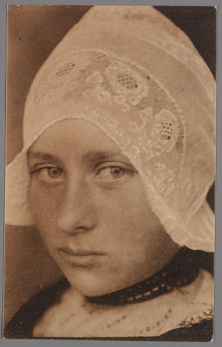 Portret van een Volendams meisje met kanten hul. 1905-1920 #NoordHolland #Volendam