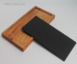 Tabla de Pizarra-Madera 42x22 cm. Tabla de Pizarra-Madera 42x22 cm.Elegante para cortar embutidos, quesos y servir en mesa. No apto para lavaplatos. Su limpieza es con un paño húmedo. La pizarra suelta, es apta para microondas. Exclusivo, versátil, original. Personalizable por laser.