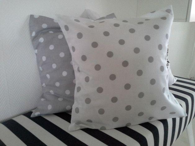Wunderschöne Kissenhülle in weiß, mit grauen Punkten/Dots. Der Stoff ist aus reiner Baumwolle und hat die Maße 40x40 cm, mit Hotelverschluss. Bitte nur auf 30 Grad waschen und beim ersten...