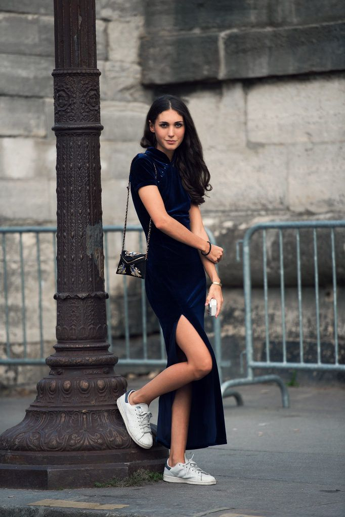 Street style | Navy dress, sneakers and mini purse