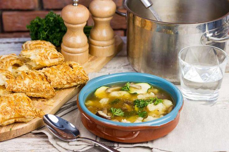 Recept voor goedgevulde groentesoep voor 4 personen. Met zout, water, olijfolie, peper, oesterzwam, courgette, bloemkool, Saucijzenbroodje, groentebouillon, ketjap asin, peterselie en knoflook