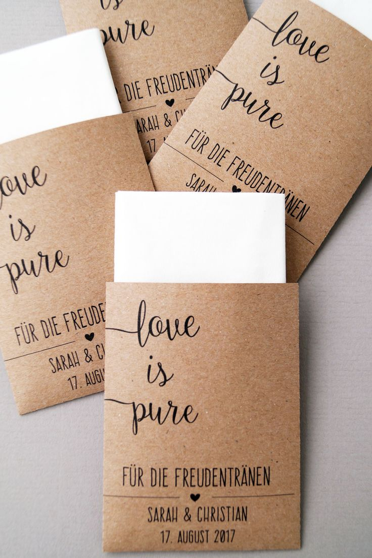Es ist eine schöne Geste, wenn ihr im Standesamt oder in der Kirche Freudentränen-Taschentücher auf die Sitzbänke legt oder diese auf die erste Seite im Kirchenheft klebt.