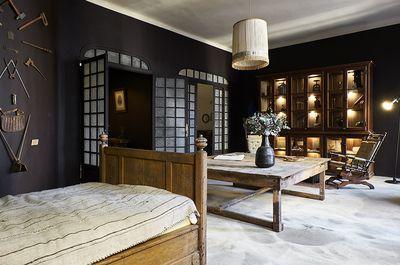 De passage à Marseille, impossible de ne pas flâner chez Maison Empereur, plus vieille quincaillerie de France et adresse inouïe où dénicher des produits iconiques dédiés à la maison. L'autre nouvelle raison de s'y rendre ? Sa chambre d'hôte qui vient - ou presque – d'ouvrir au premier étage du magasin. Soit un appartement de 120 m2 composé d'un salon, d'une chambre, d'une cuisine, d'une salle de bain et d'une terrasse, directement inspiré de l'esprit des lieux. L'occasion d'une petite…