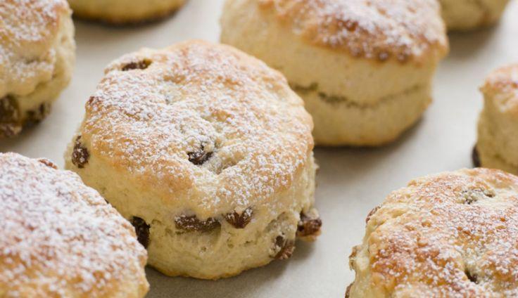 Scones zijn onmisbaar bij een high tea of 'standaard' zoete Engelse brunch of lunch. De zoete broodjes eet je traditioneel met clotted cream en jam, ...