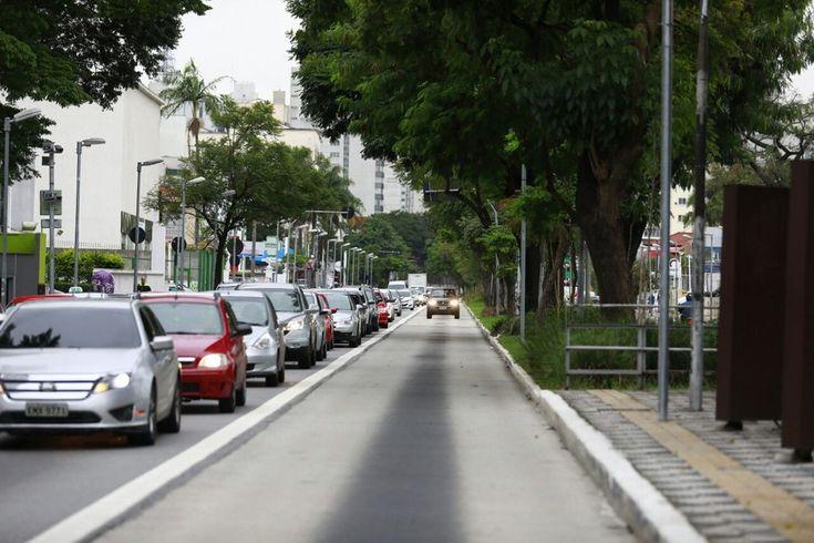 Em dia de paralisação, carro circula em corredor de ônibus em SP. Na cidade, o rodízio e a zona azul foram suspensos e carros de passeio com mais de um ocupante podem andar em faixa exclusiva de ônibus (Foto: Marcelo Brandt/G1)