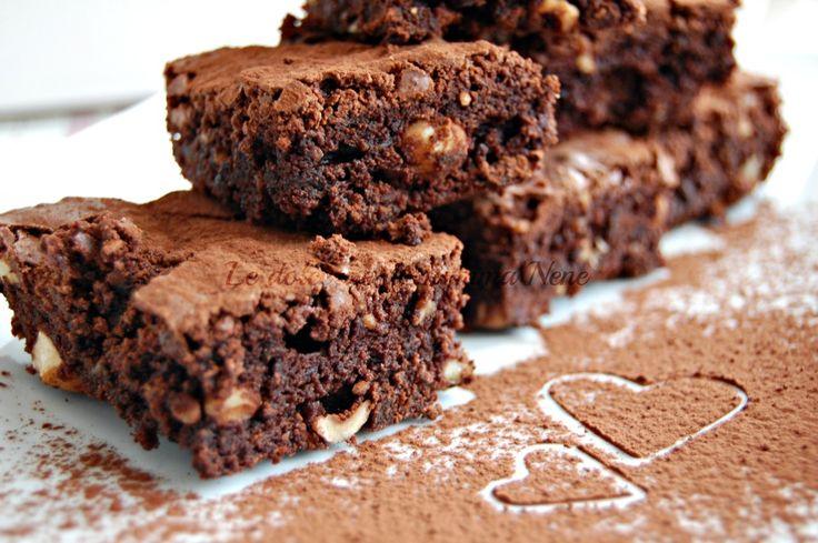 BROWNIES i dolcetti americani al cioccolato con noci, nocciole e gocce di cioccolato. Ricetta facile e veloce. Buonissimi con panna montata!
