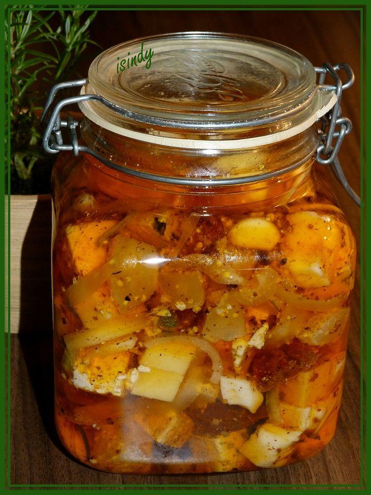 Sýry nakrájíme na kostičky 2x2cm, sušená rajčata na menší kousky, cibuli na měsíčky, česnek oloupeme, větší stroužy překrojíme na polovinu. Olej...