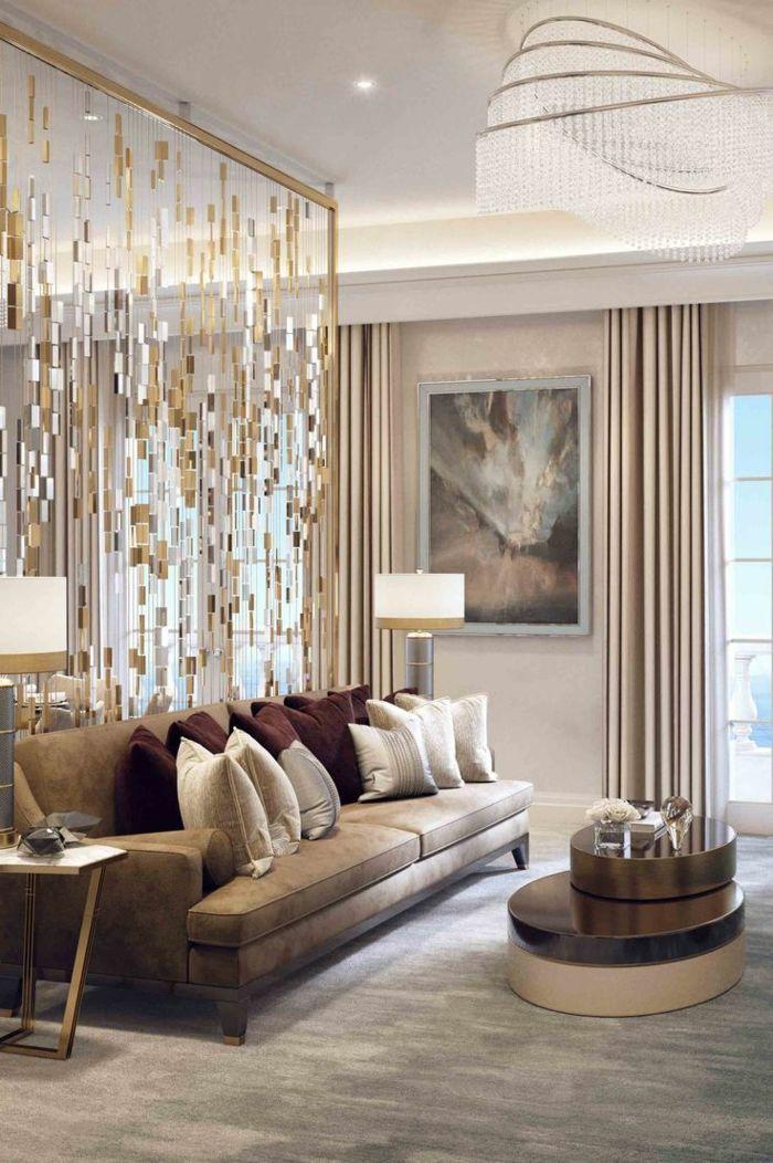 eine Trennwand im Wohnzimmer wie goldene Streifen, Sofa mir vielen