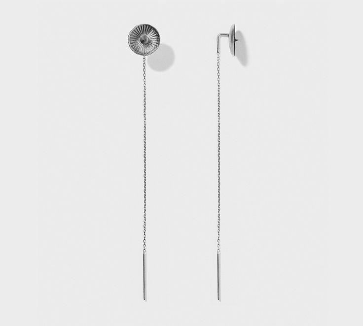 Miss Eamon ørering fra Line & Jo. En rigtig fed ørering i sølv med sort rhodium. Miss Eamon kan købe enkeltvis, så man fx kan mixe den med andre øreringe - og få et helt unikt look, hvilket er meget moderne! #lineogjo #ørering #smykker #misseamon