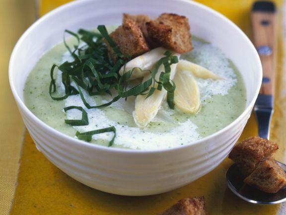 Diese leichte Spargel-Bärlauch-Suppe schmeckt einfach nur himmlisch!