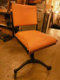 Chaise de bureau a roulettes , simili cuir   , pie fonte , deco authentique - Mobilier ancien