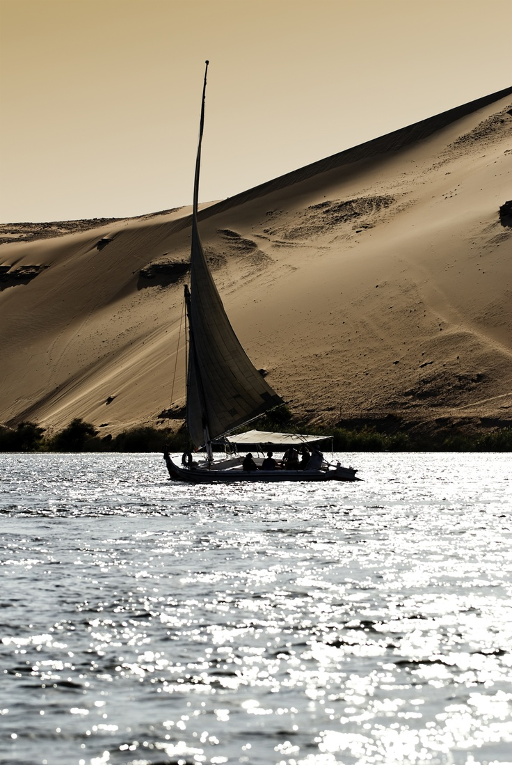 #Egypte #Bateau sur le #Nil.  Long de 6 500 km, c'est le plus long fleuve du monde avec l'Amazone. Il est issu de la rencontre du Nil Blanc et du Nil Bleu. Il est depuis déjà bien longtemps, une voie essentielle du transport de marchandises dans tout le continent.  http://vp.etr.im/f79a