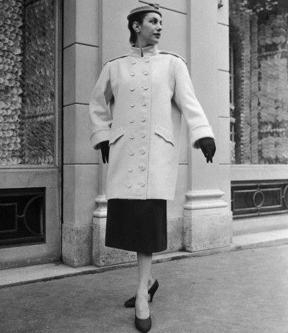 Модель в костюме от Кристобаля Баленсиага (1954 год)