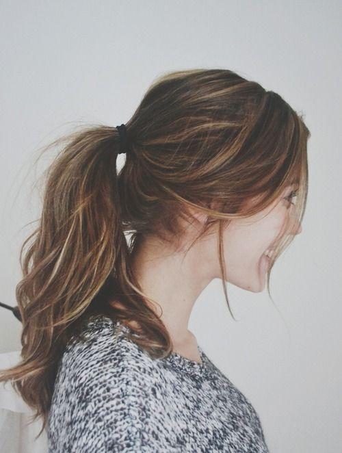 * Queue de cheval parfaite. J'aime les cheveux qui sortent de la queue de cheval * Perfect ponytail. I love the hair that come out of the ponytail.