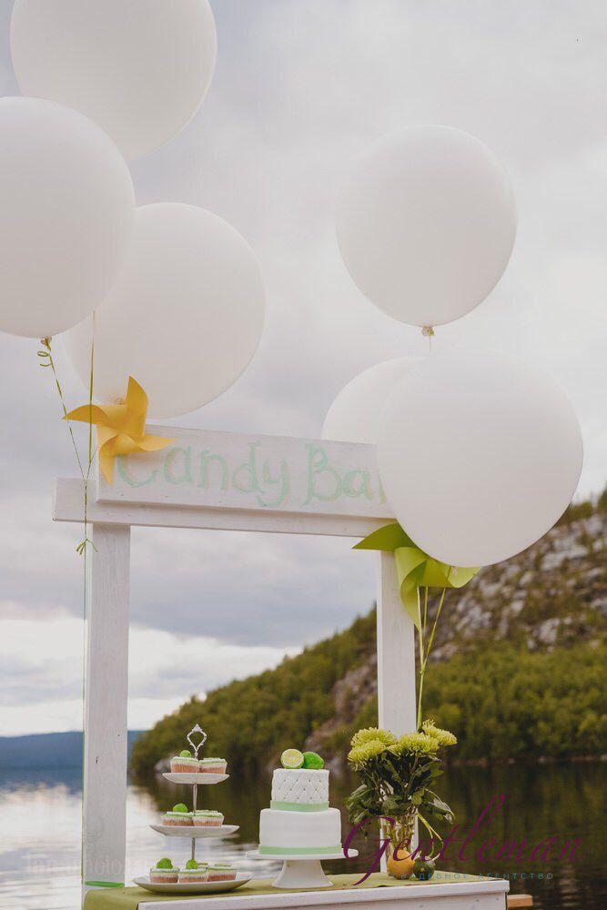 Кенди бар на природе шары гиганты белые деревянный бар wedding candy bar wood vintage balloons white green