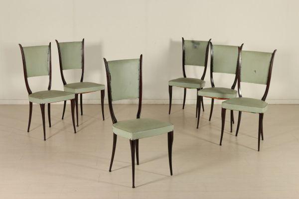 Gruppo di sei sedie; legno tinto ebano, imbottitura a molle, rivestimento in skai. Discrete condizioni, presentano alcuni segni di usura. Altezza seduta: 47