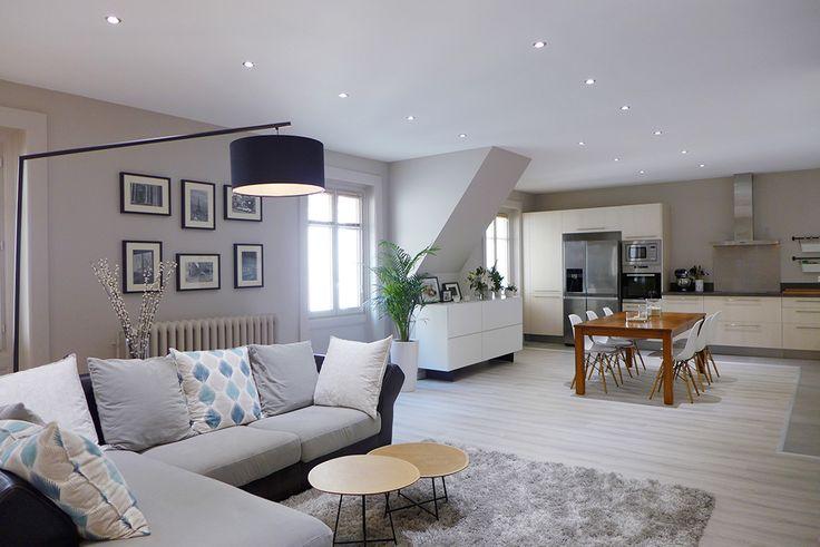 Pièce à vivre avec cuisine, séjour et salle à manger ouverts, en enfilade | style contemporain et chaleureux dans les tons de gris perle, bleu pétrole, blanc et noir | quelques touches de bois | tapis douillet | faux plafond avec spots encastrés
